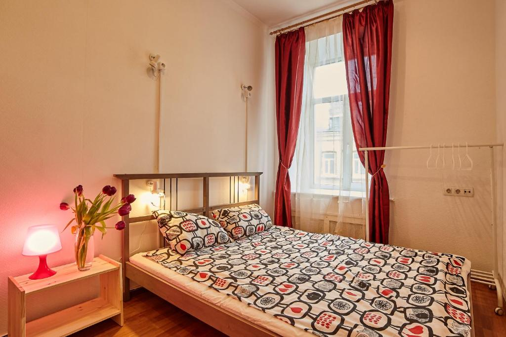 Кровать или кровати в номере Abrikos Lubyanka