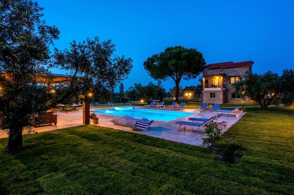 Πισίνα στο ή κοντά στο Mediterraneo Luxury Suites Halkidiki