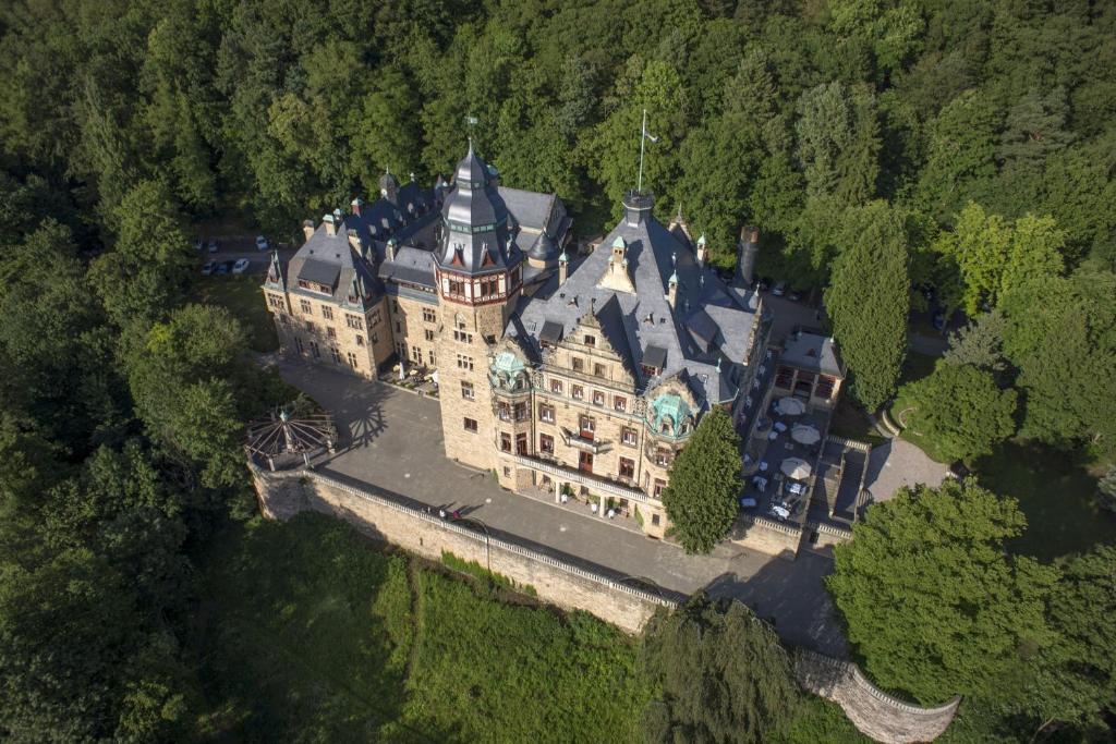 Blick auf Schloss Hotel Wolfsbrunnen aus der Vogelperspektive