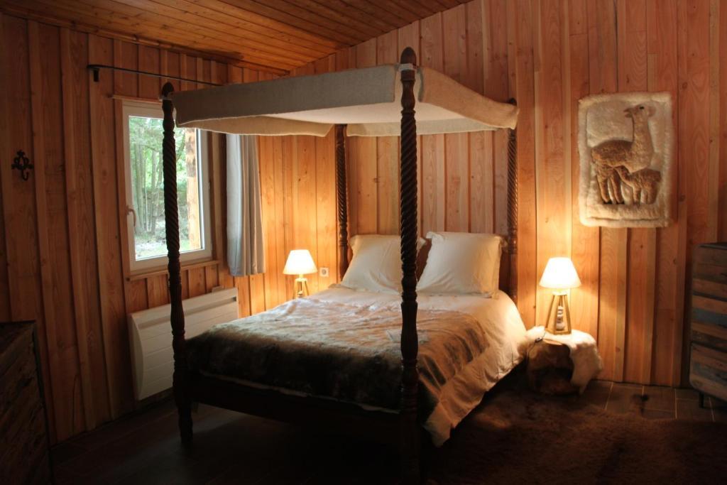 Un ou plusieurs lits dans un hébergement de l'établissement L'isba des bois, hors du temps