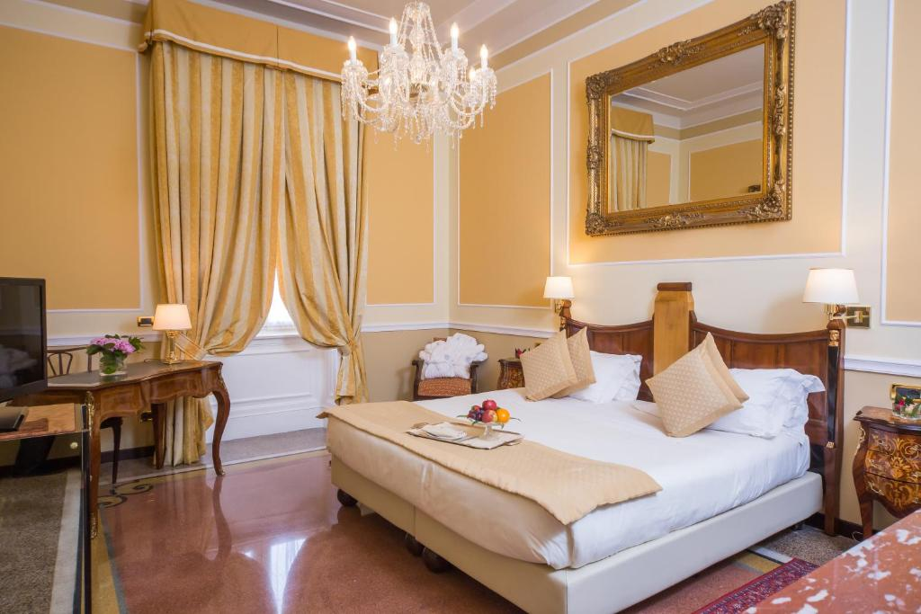 A bed or beds in a room at Hotel Bristol Palace