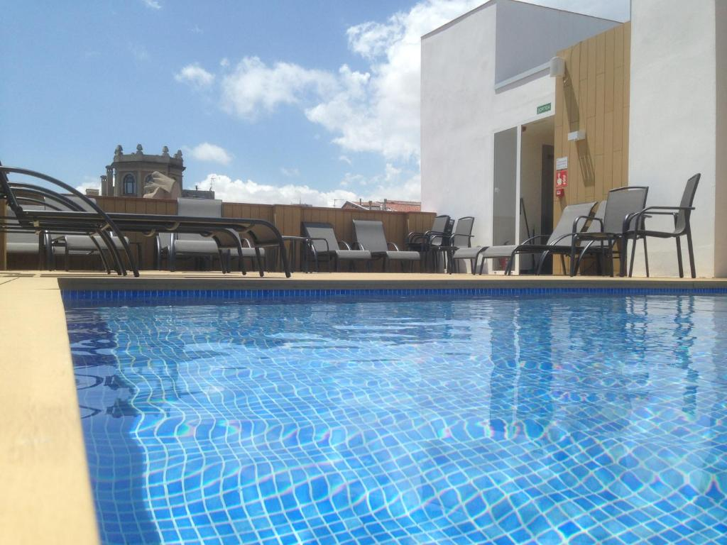 Der Swimmingpool an oder in der Nähe von Chi
