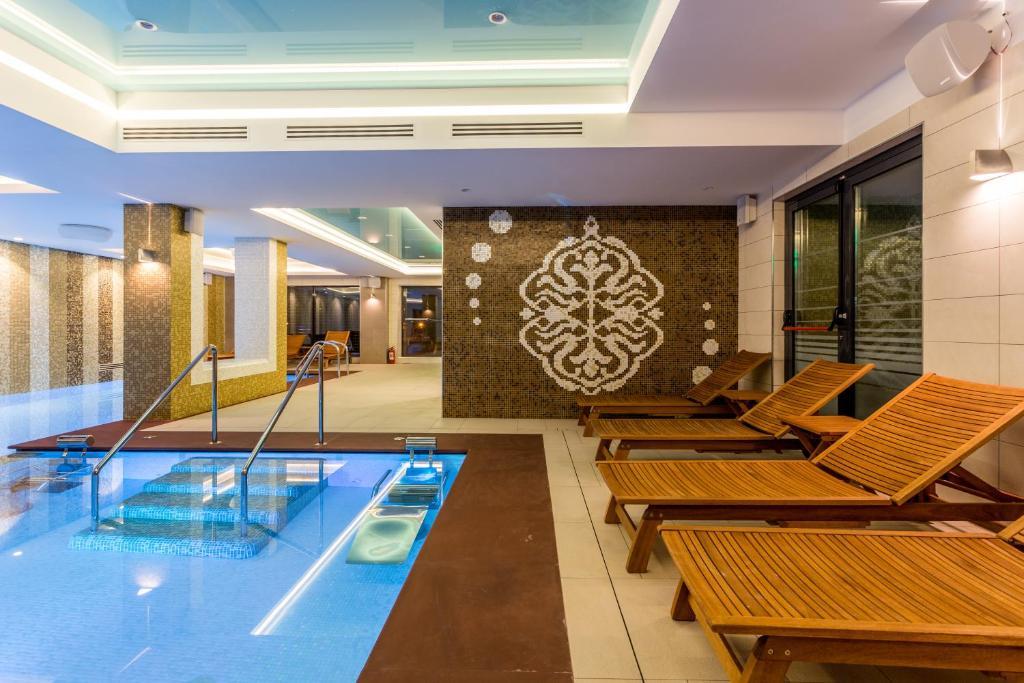 בריכת השחייה שנמצאת ב-New Splendid Hotel & Spa - Adults Only (+16) או באזור