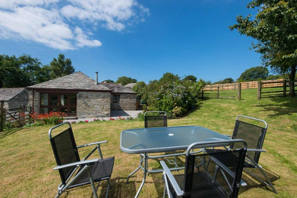 A porch or other outdoor area at The Linhay at St Teath