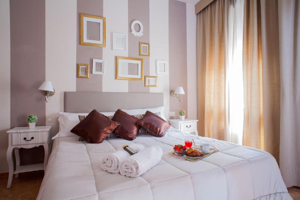 A bed or beds in a room at Hotel Ares Milano