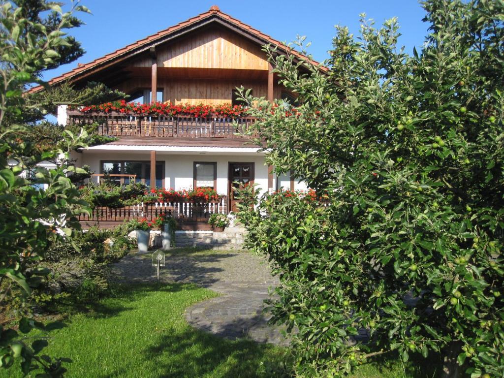 Ein Patio oder anderer Außenbereich in der Unterkunft Urlaubspension 'Hohes Rott' und Apartmenthaus