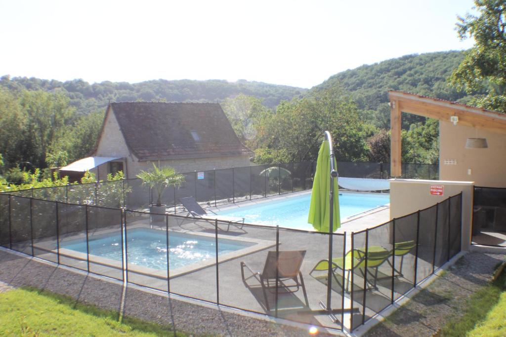 The swimming pool at or near A l'Oree des Cazelles