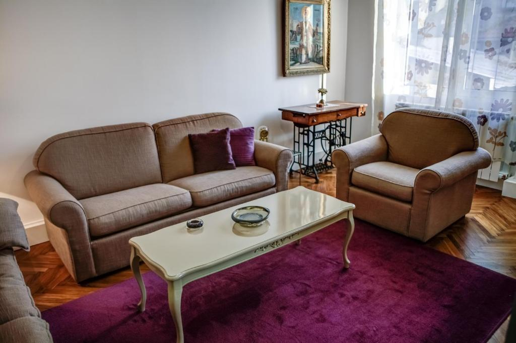 The lounge or bar area at Under the Square Apartment