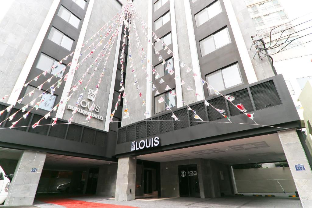 The facade or entrance of Louis Hotel