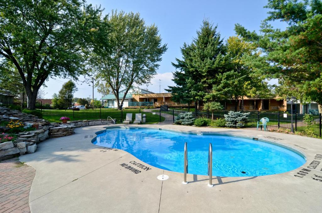The swimming pool at or close to Country Squire Resort