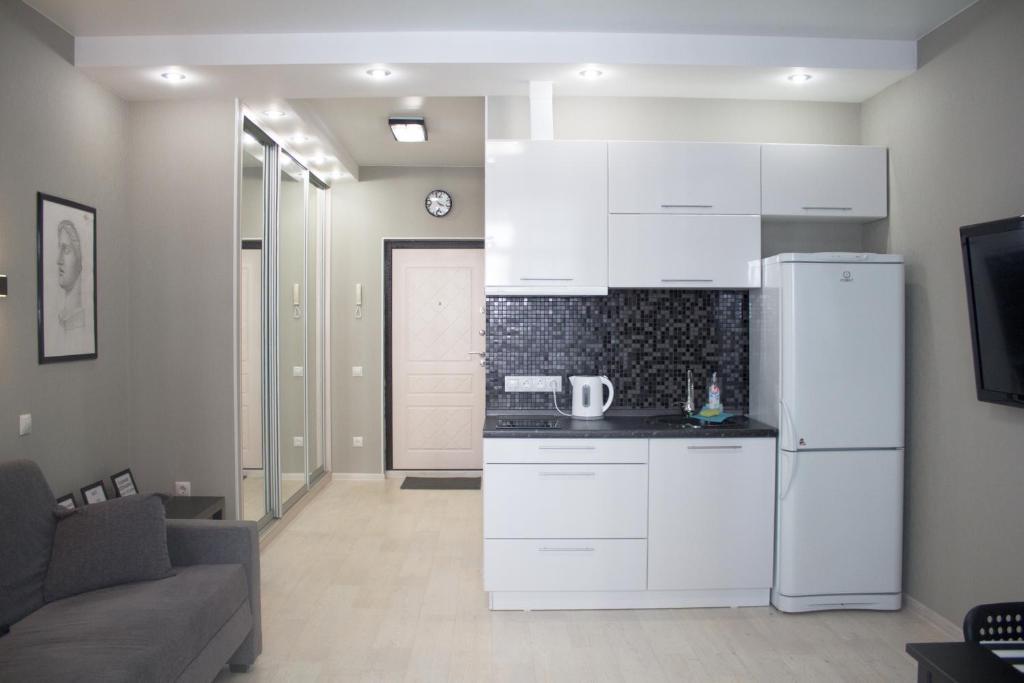 Кухня или мини-кухня в Apartment Izumrudnyy Bereg