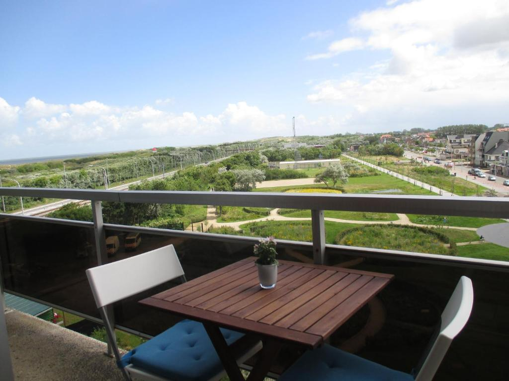 A balcony or terrace at Studio with sea view and panoramic view in Bredene