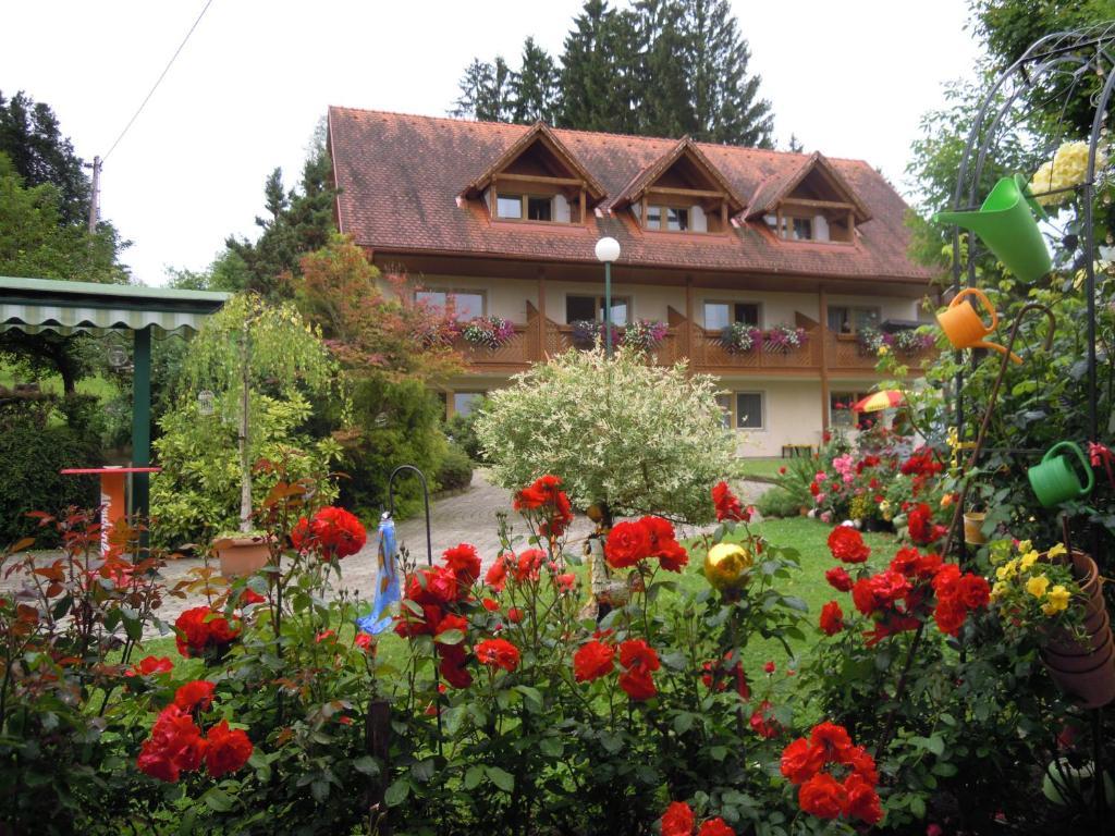 Ein Garten an der Unterkunft Gästehaus Zur schönen Aussicht
