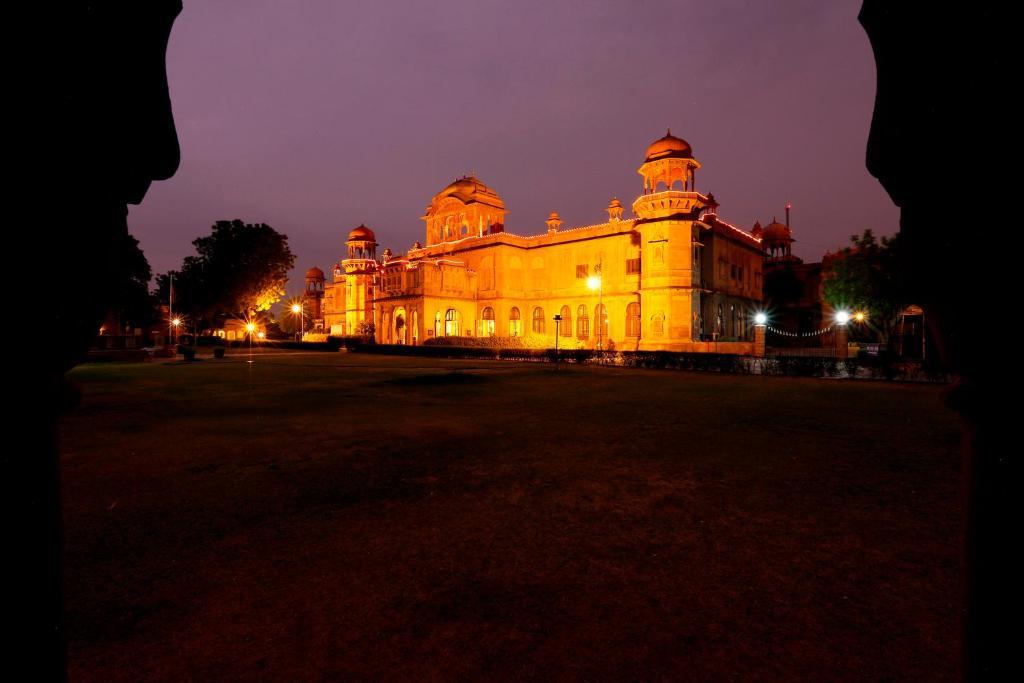 Ein Garten an der Unterkunft The Lallgarh Palace - A Heritage Hotel