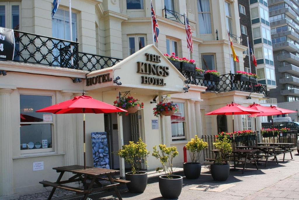 A restaurant or other place to eat at Kings Hotel
