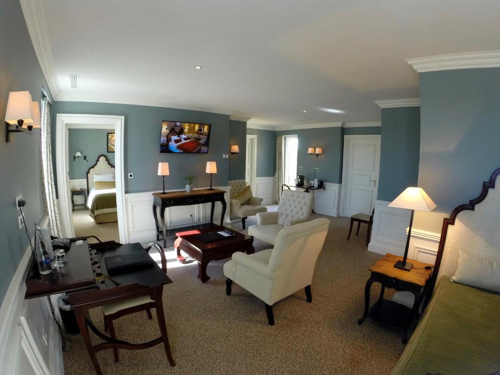 The lounge or bar area at L'Ermitage Mont Saint Michel - Les Collectionneurs