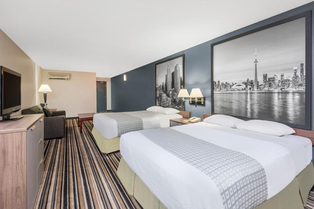 Cama o camas de una habitación en Super 8 by Wyndham Downtown Toronto