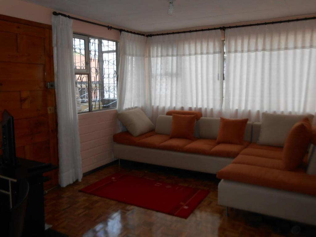A seating area at La Colina Cozy Apartment
