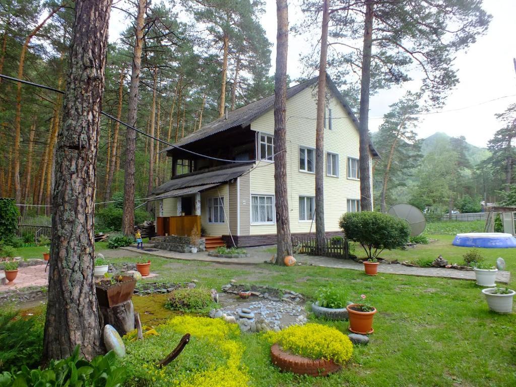 A garden outside Guesthouse V Sosnovom Boru