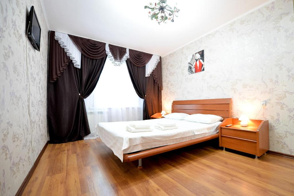 A bed or beds in a room at Five Stars on ulitsa Svobody