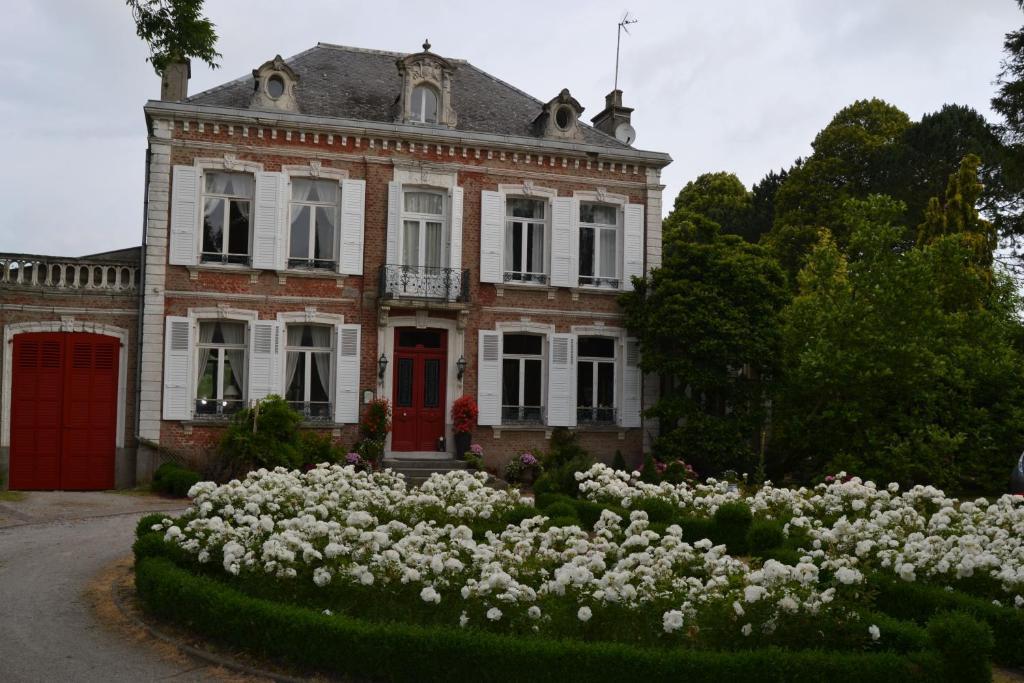 A garden outside Le Manoir de Bonningues les Ardres