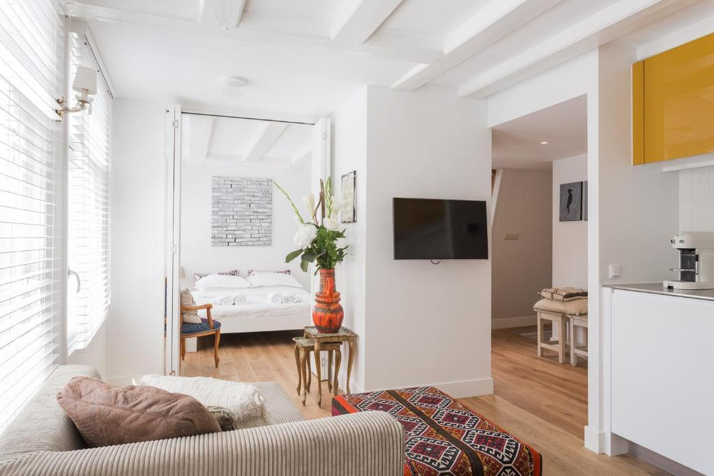 A television and/or entertainment center at House of Arts – City Centre Apartment