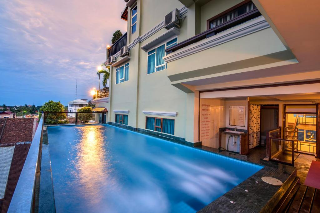 The swimming pool at or close to Seng Hout Hotel