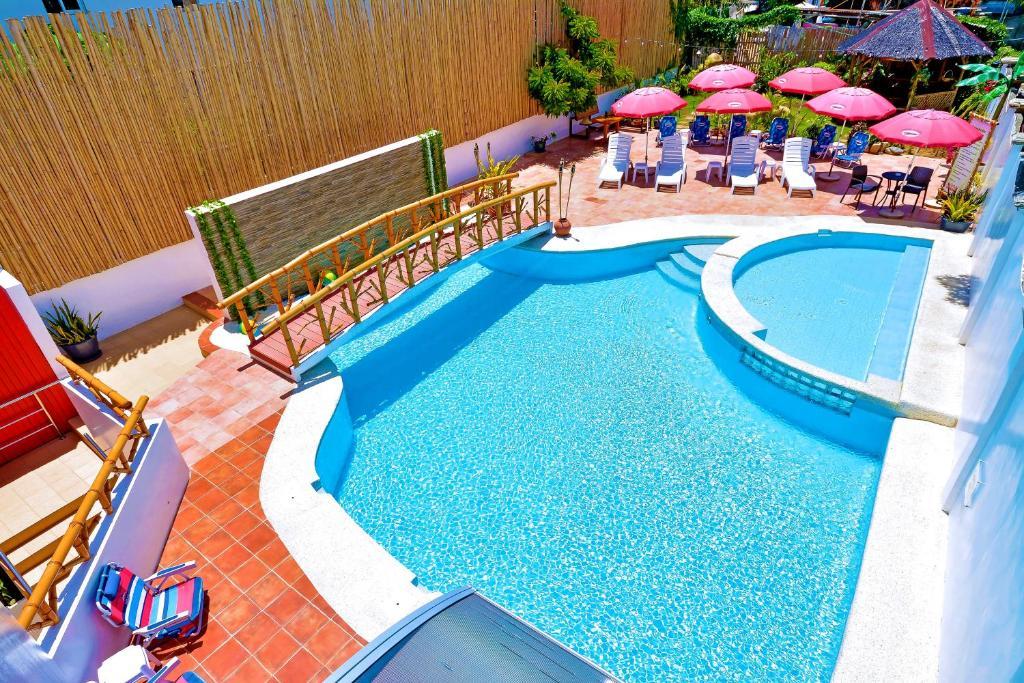 長灘島紅可可旅館游泳池或附近泳池