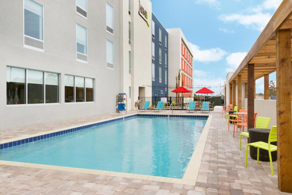 The swimming pool at or close to Home2 Suites by Hilton Orlando International Drive South