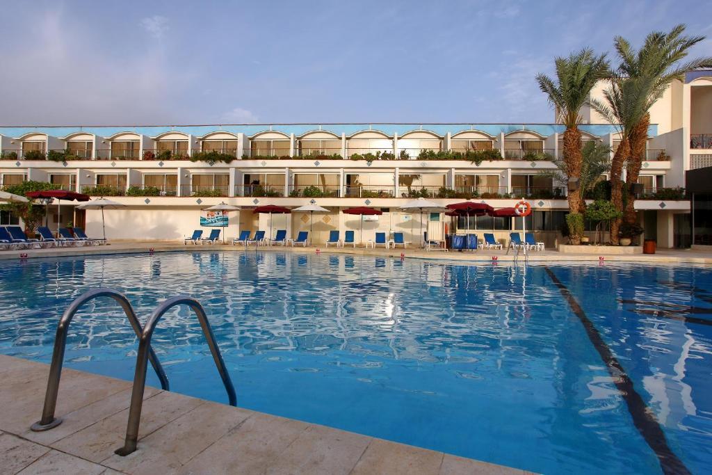 בריכת השחייה שנמצאת ב-מלון אמריקנה אילת או באזור