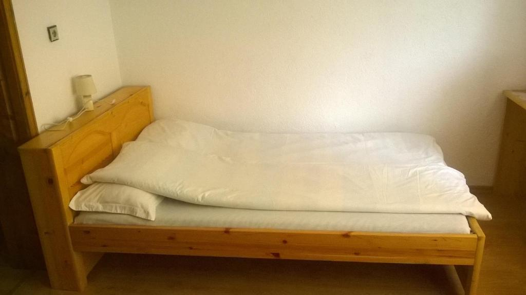 A bed or beds in a room at Guest house Pehlivanovi
