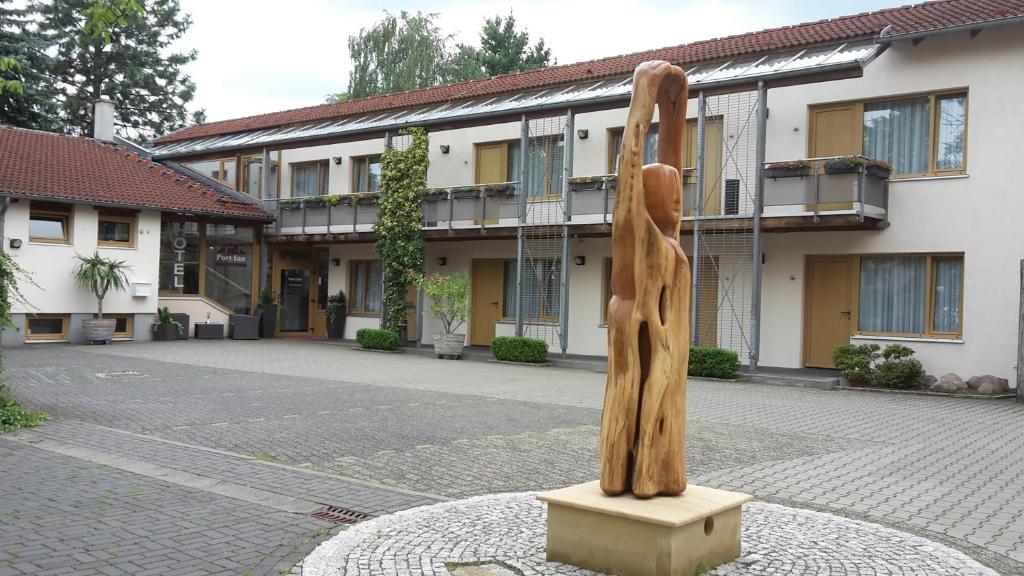 Eine Fassade oder ein Eingang zu Port Inn Hotel