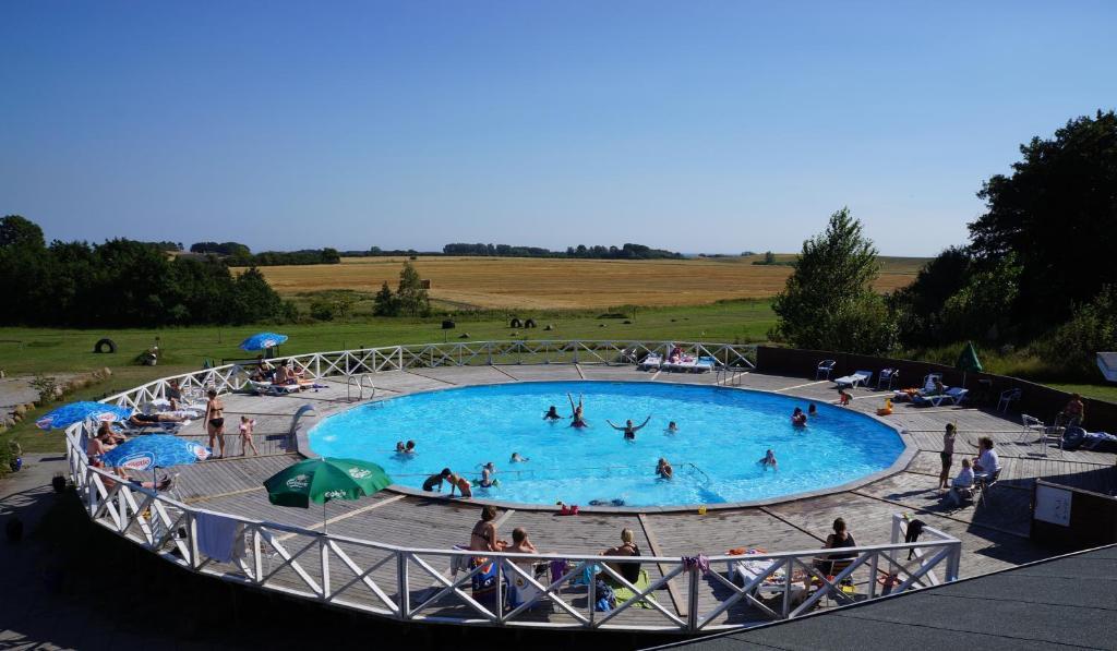 En udsigt til poolen hos Camping & Feriecenter Samsø eller i nærheden