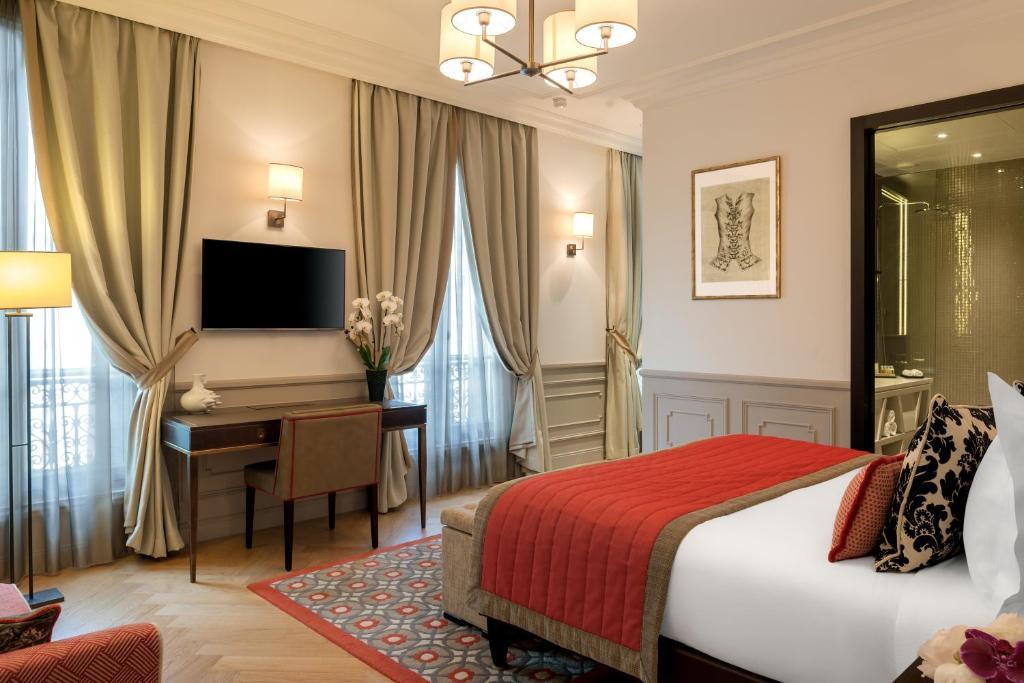 Cama ou camas em um quarto em La Clef Tour Eiffel Paris by The Crest Collection