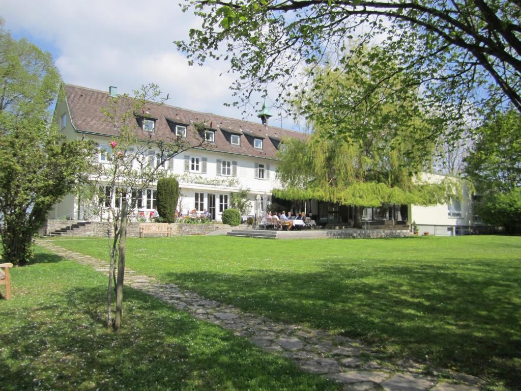 Ein Garten an der Unterkunft Hotel Landgut Burg GmbH