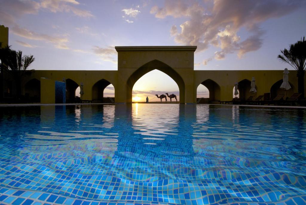 Der Swimmingpool an oder in der Nähe von Tilal Liwa Hotel - Madinat Zayed
