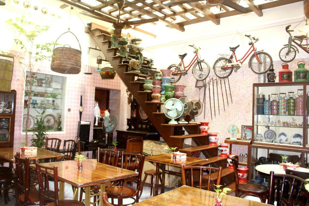 A restaurant or other place to eat at Campbell Antique Hotel & Cafe