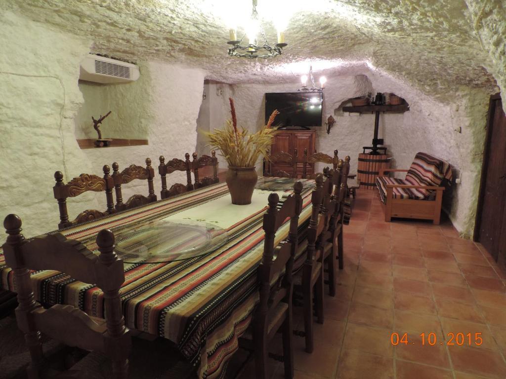 Un restaurante o sitio para comer en Casa Rural La Bodega De Marina