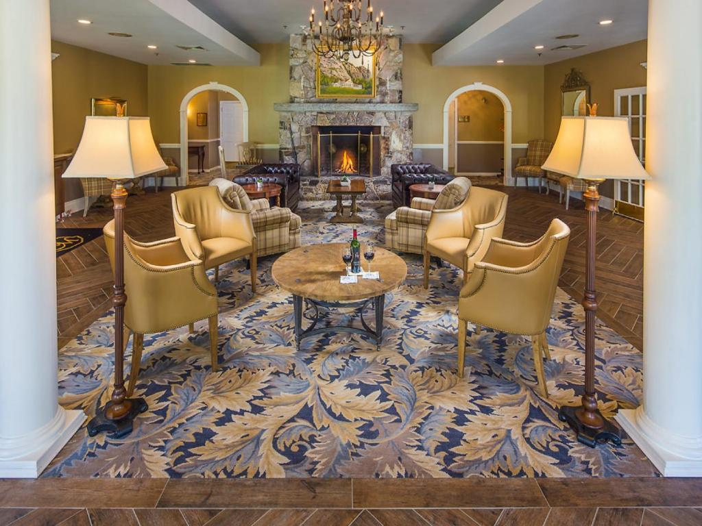 Ledges At White Mountain Hotel