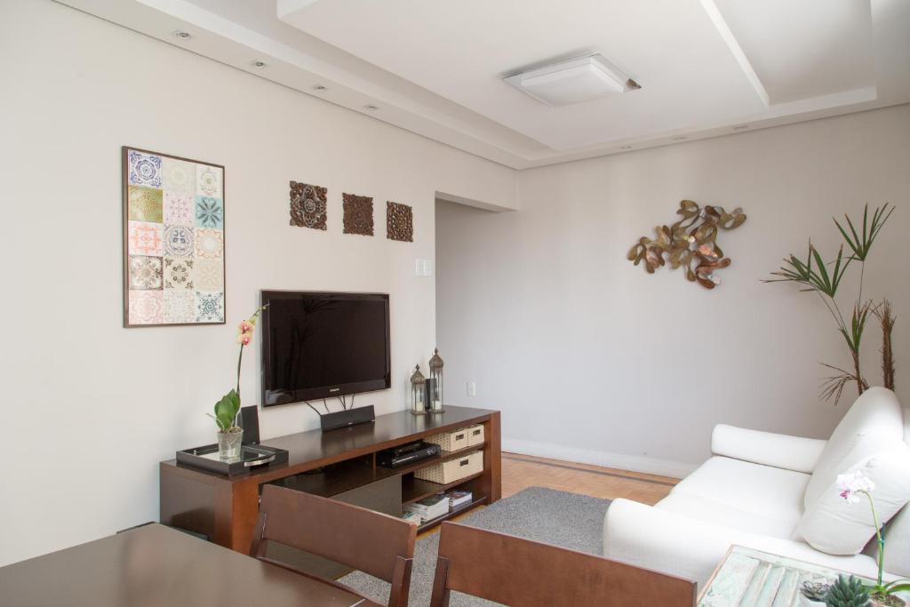 A television and/or entertainment centre at Apartamento Redenção