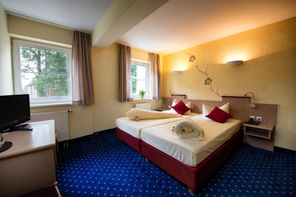 A bed or beds in a room at Hotel Zum Stern
