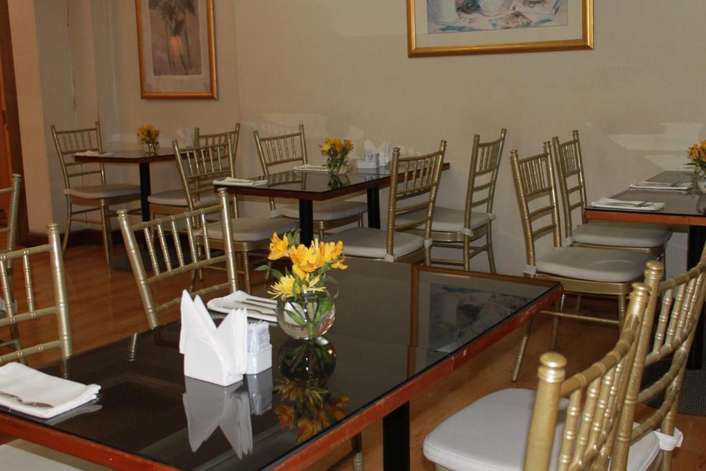 Un restaurante o sitio para comer en Hotel Gavina Express