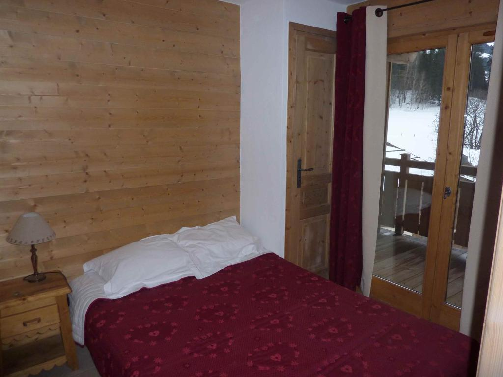 A bed or beds in a room at Le Hameau des Neiges