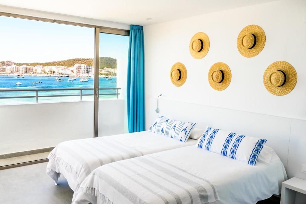 Cama o camas de una habitación en Hotel Apartamentos Marina Playa - Adults Only