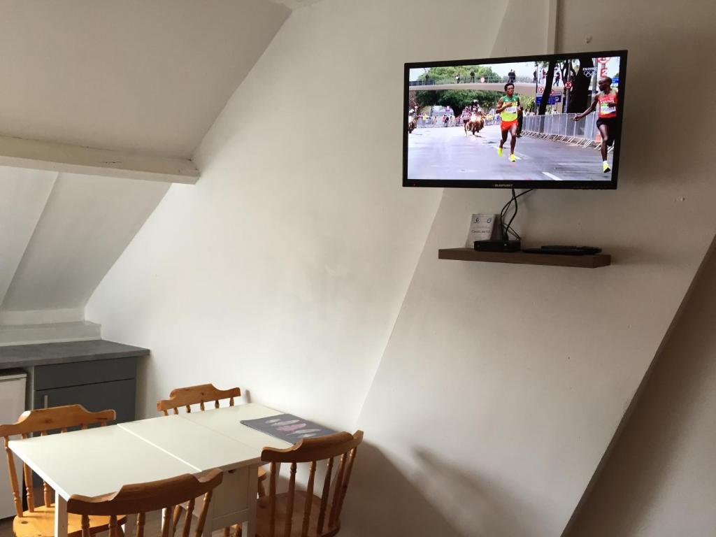 A television and/or entertainment centre at Appartements Bon Secours