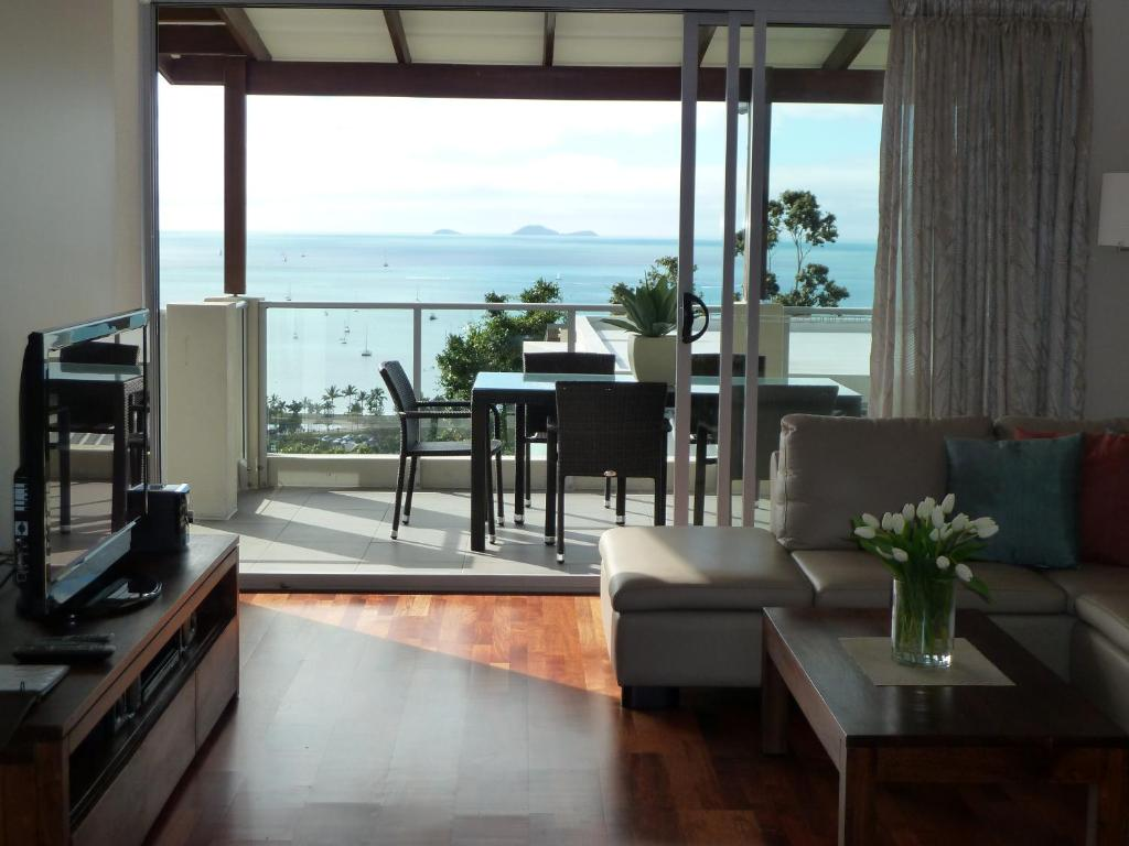 A seating area at Oscar's View - Airlie Beach