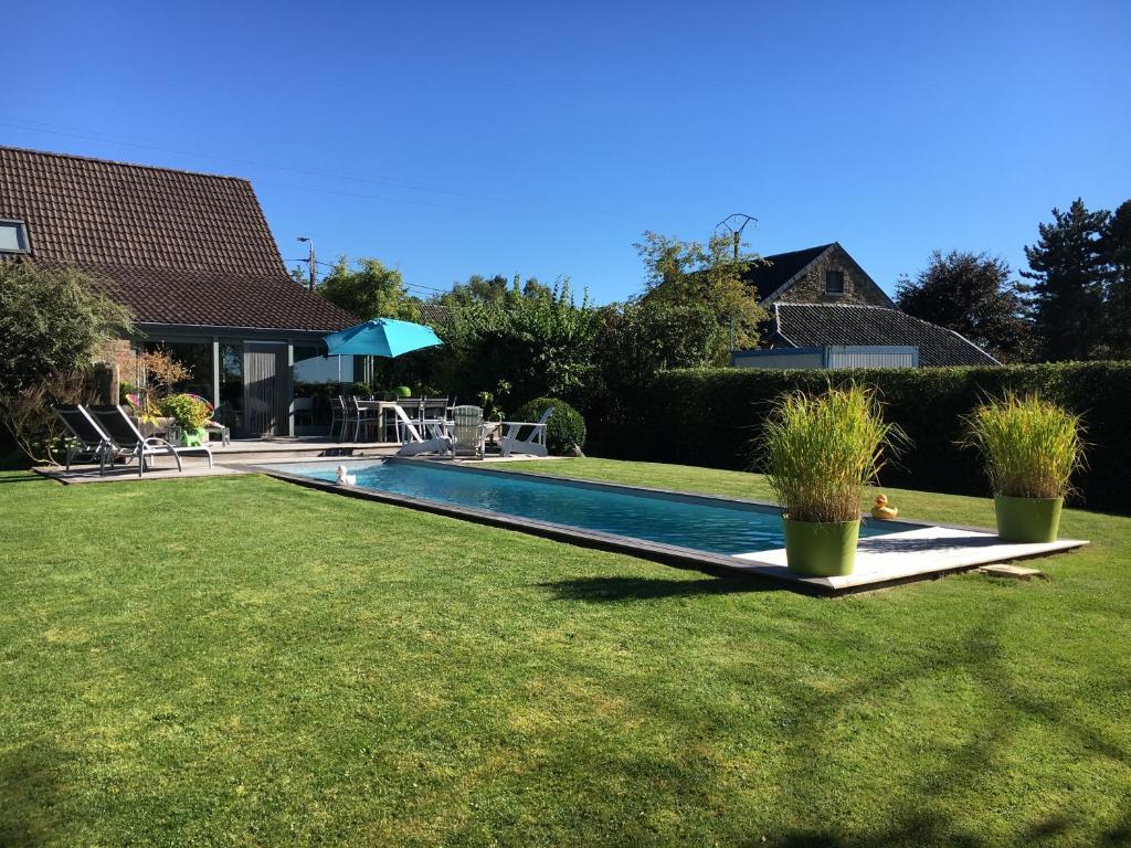 The swimming pool at or close to B&B Le calme sur les hauteurs de Spa