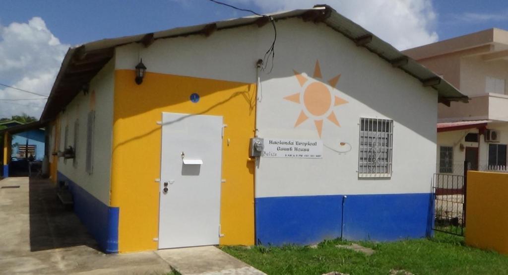 The facade or entrance of Hacienda Tropical Guest House