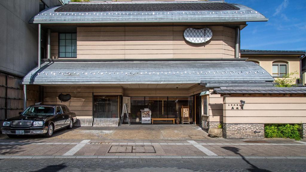 The facade or entrance of Honjin Hiranoya Kachoan