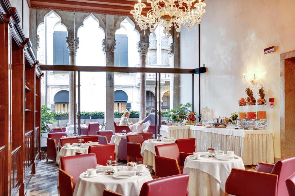 A restaurant or other place to eat at Hotel Donà Palace